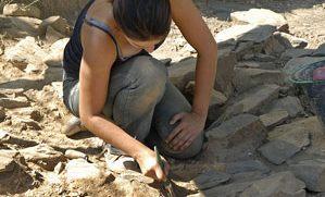 Une archéologue au travail