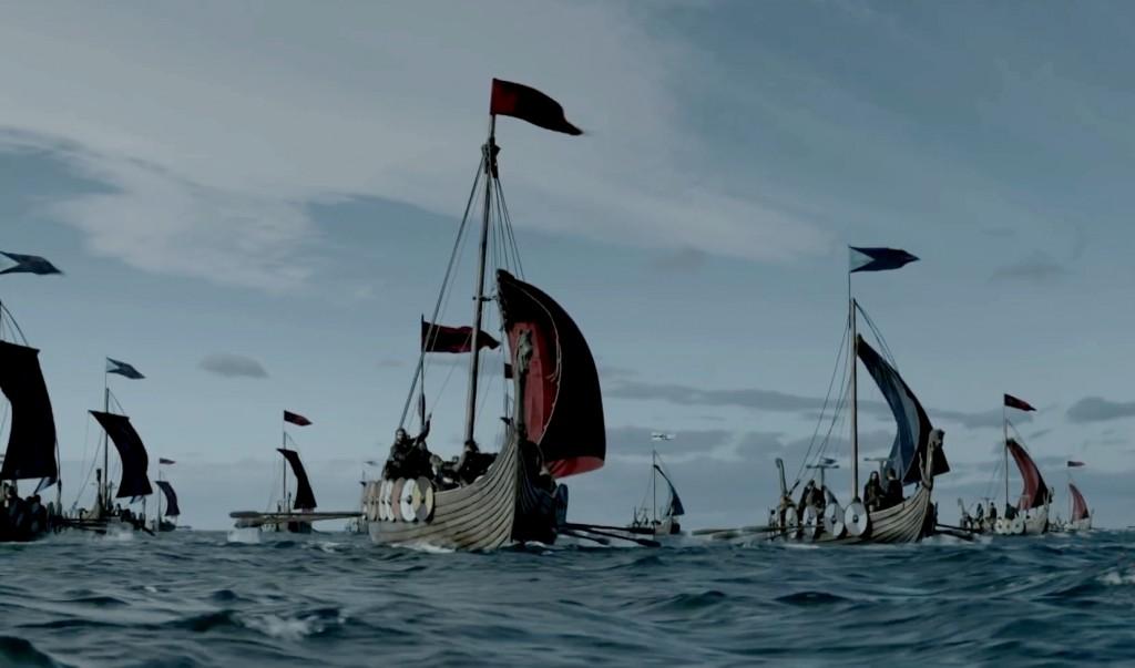 """Forts de leurs bateaux (improprement appelés drakkars), les Vikings sont maîtres de la mer au IXe siècle. Scène de la série """"Vikings"""" - History."""