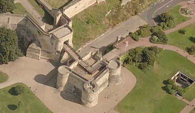 Porte Saint-Pierre et barbacane du château de Caen