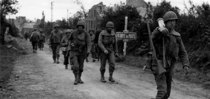 Entrée nord-ouest de La Haye du Puits. 4 juillet 1944. Sur la route de Barneville (voir la pancarte N 803), des fantassins de la 79th Inf. Div. US reviennent du bourg de La Haye du Puits et se replient plus au nord. Le fantassin en tête porte un fusil Garand et un tube de mortier de 81mm. Référence : page 100 du livre La guerre des Haies et la Bataille de La Haye du Puits, Eté 1944, les Américains libèrent le Cotentin de Michel Pinel, 2004 Selon ce site : http://recherche.archives.manche.fr/?id=recherche_documents_figures Cote: 13 Num 472 315 inf., 79th div.  Séquence filmée (à la fin): http://www.ina.fr/archivespourtous/index.php?vue=notice&id_notice=AFE00003149